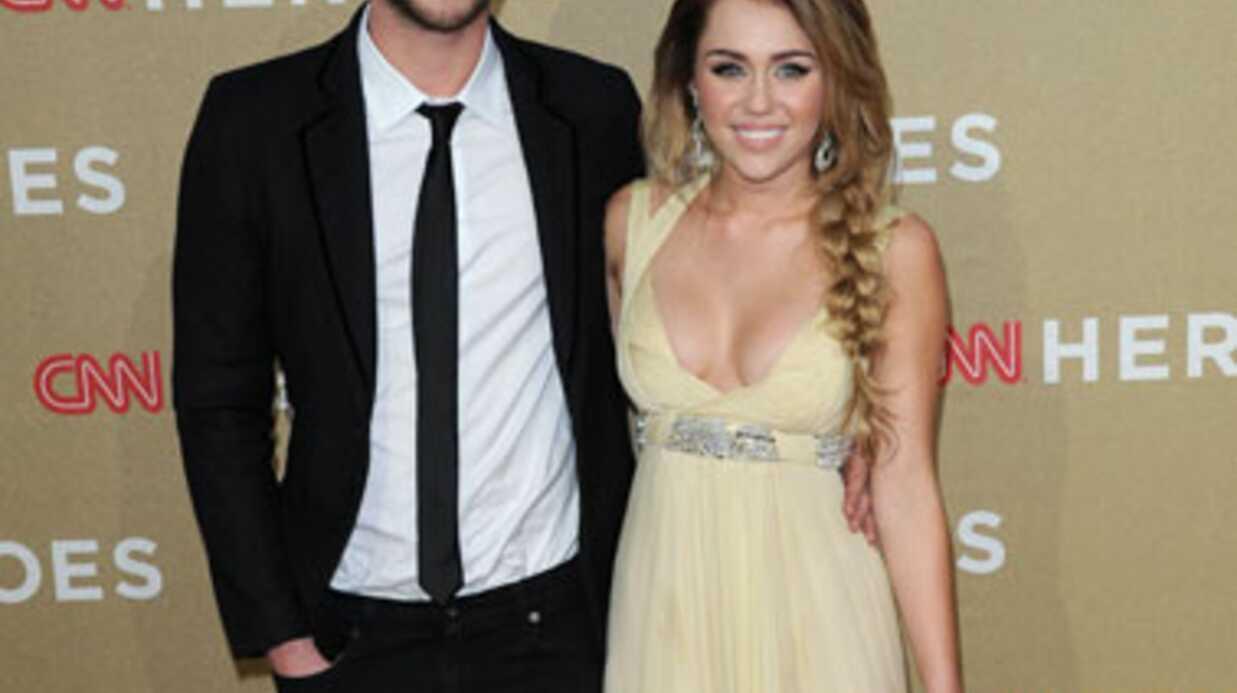 Miley Cyrus se fracture le coccyx sur un canapé