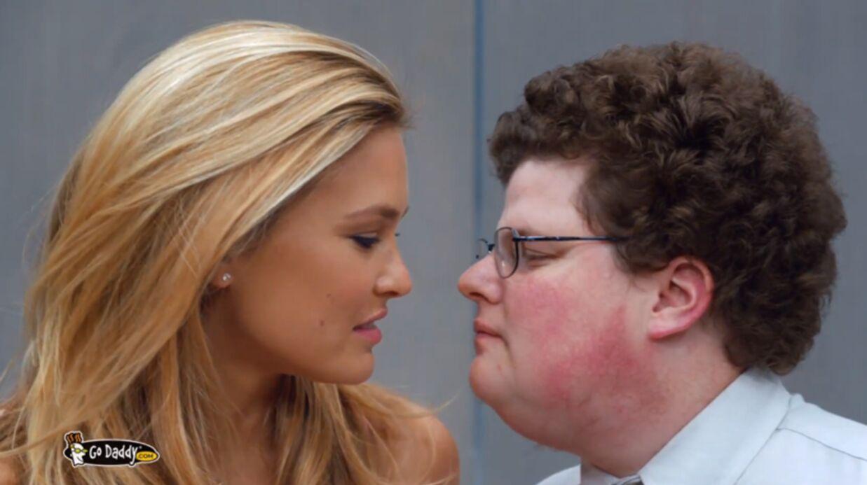 VIDEO Bar Refaeli embrasse un nerd à pleine bouche