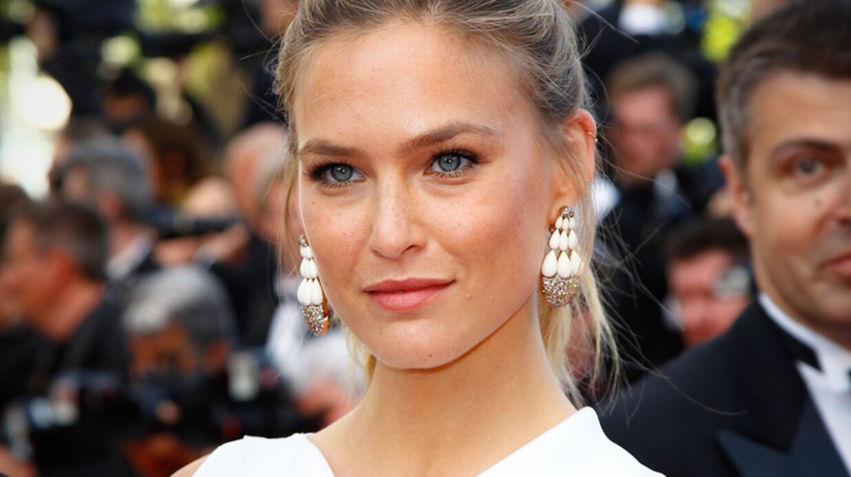 PHOTO Bar Refaeli annonce sa gros­sesse avec un test posi­tif