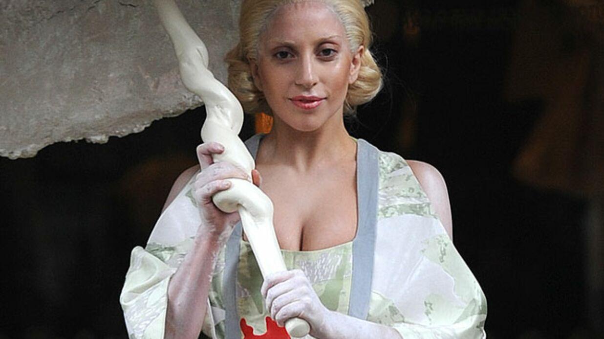 Lady Gaga entièrement nue sur scène!