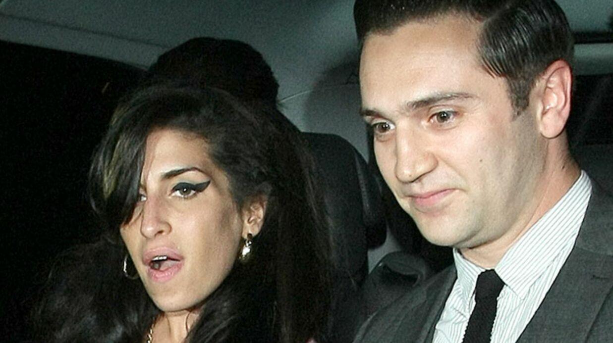 Amy Winehouse fiancée en secret à Reg Traviss?