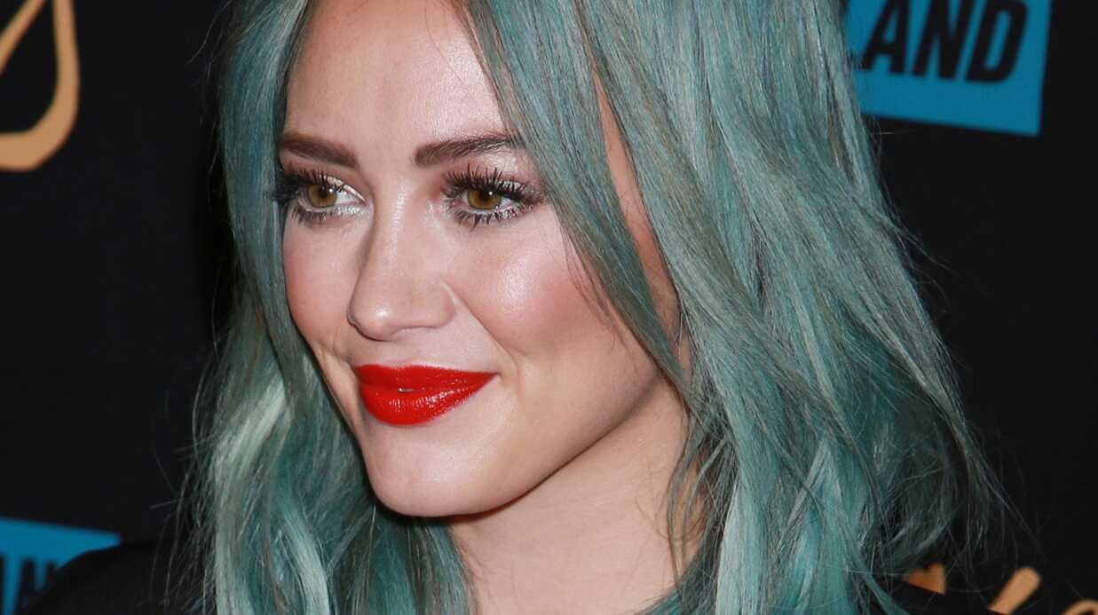 PHOTO Hilary Duff ose les cheveux vert lagon et le décolleté ultra sexy