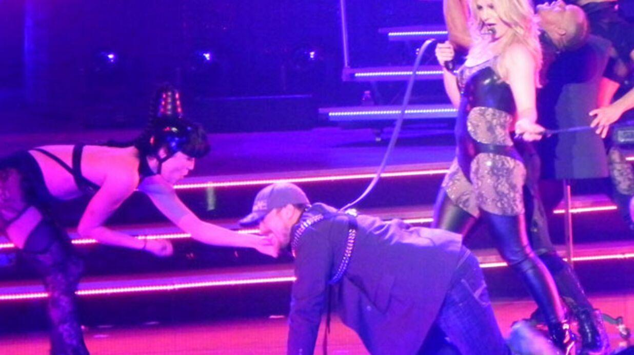 PHOTOS Britney Spears tient son petit ami en laisse sur scène