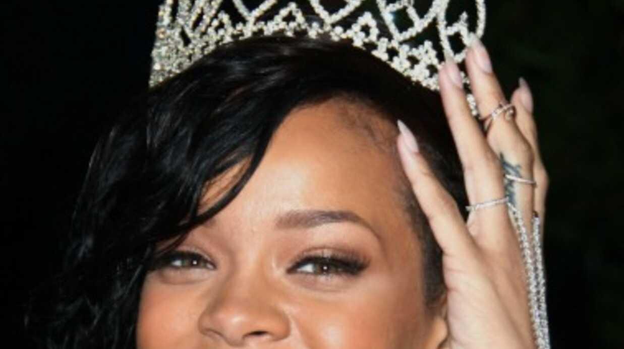 PHOTOS Rihanna pose (encore) à moitié nue