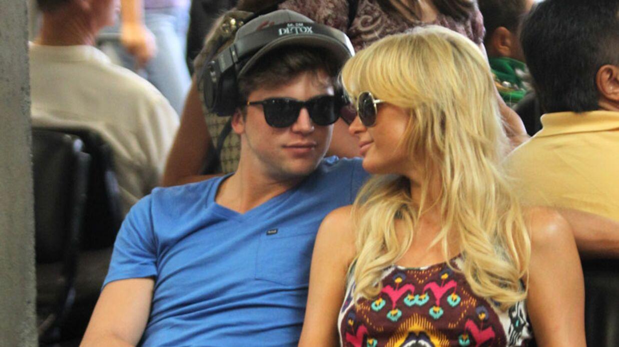 Paris Hilton embrasse une fille, son mec devient violent