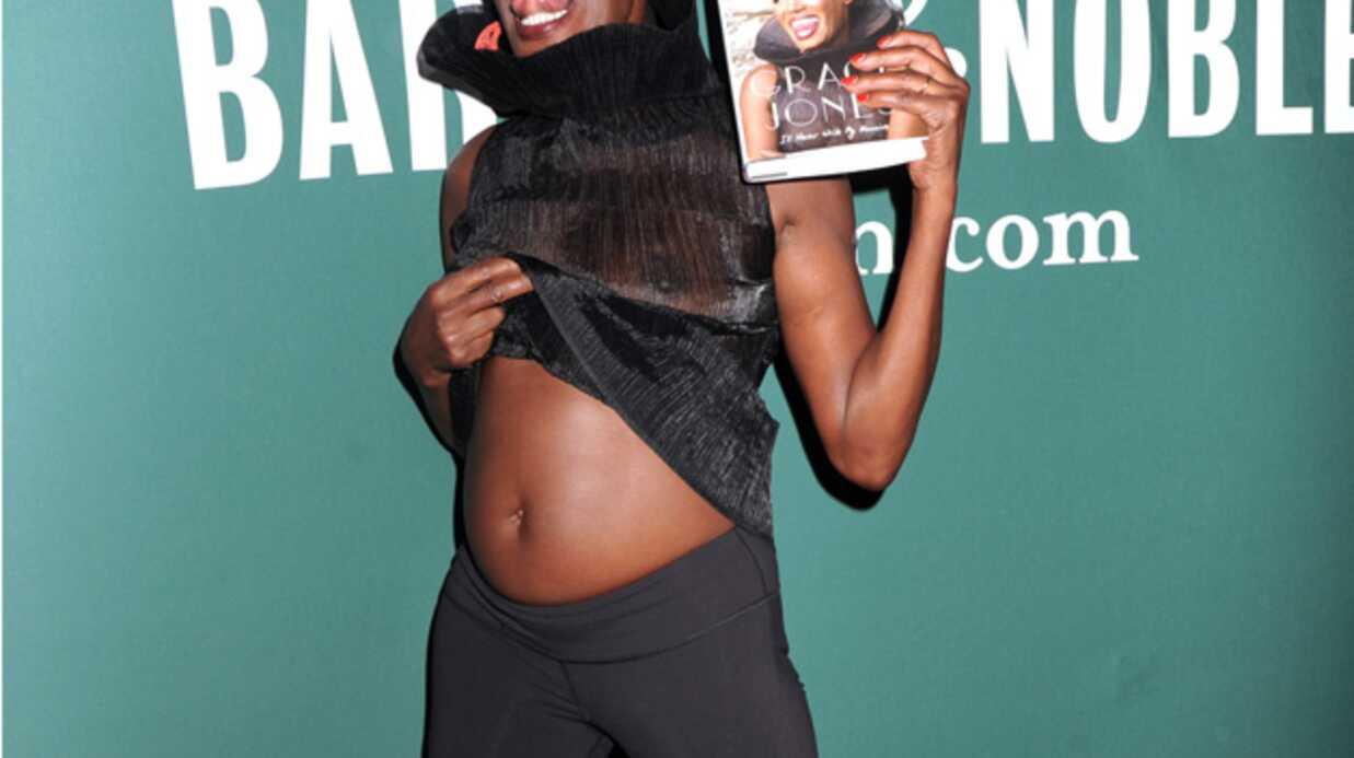 PHOTOS Grace Jones déchaînée et seins à l'air pour promouvoir son autobiographie