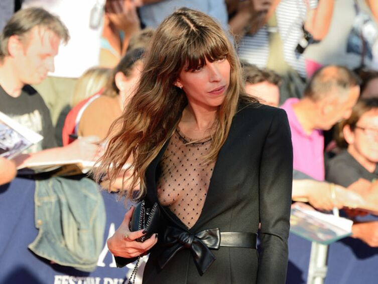 diapo lou doillon d voile un sein sur le tapis rouge de deau ville voici. Black Bedroom Furniture Sets. Home Design Ideas