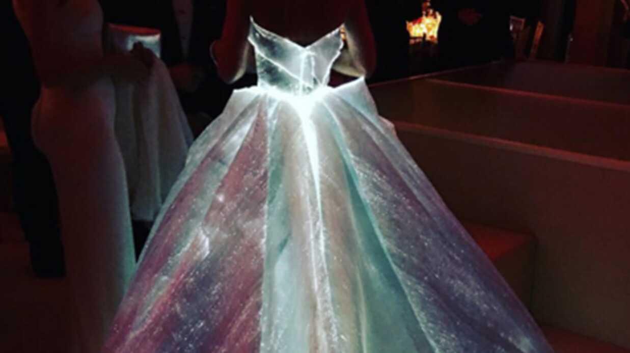 PHOTOS Claire Danes éblouit le gala du MET 2016 et casse l'internet avec sa robe qui brille dans le noir