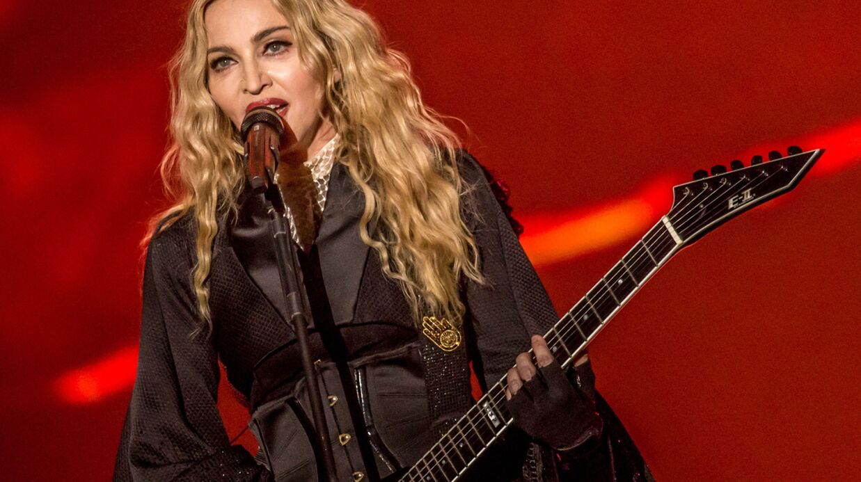 PHOTO Madonna joue la dres­seuse de chevaux… topless