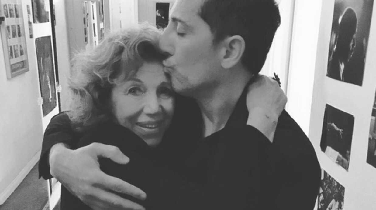 PHOTO Le câlin de Gad Elmaleh et sa mère juste avant de monter sur scène