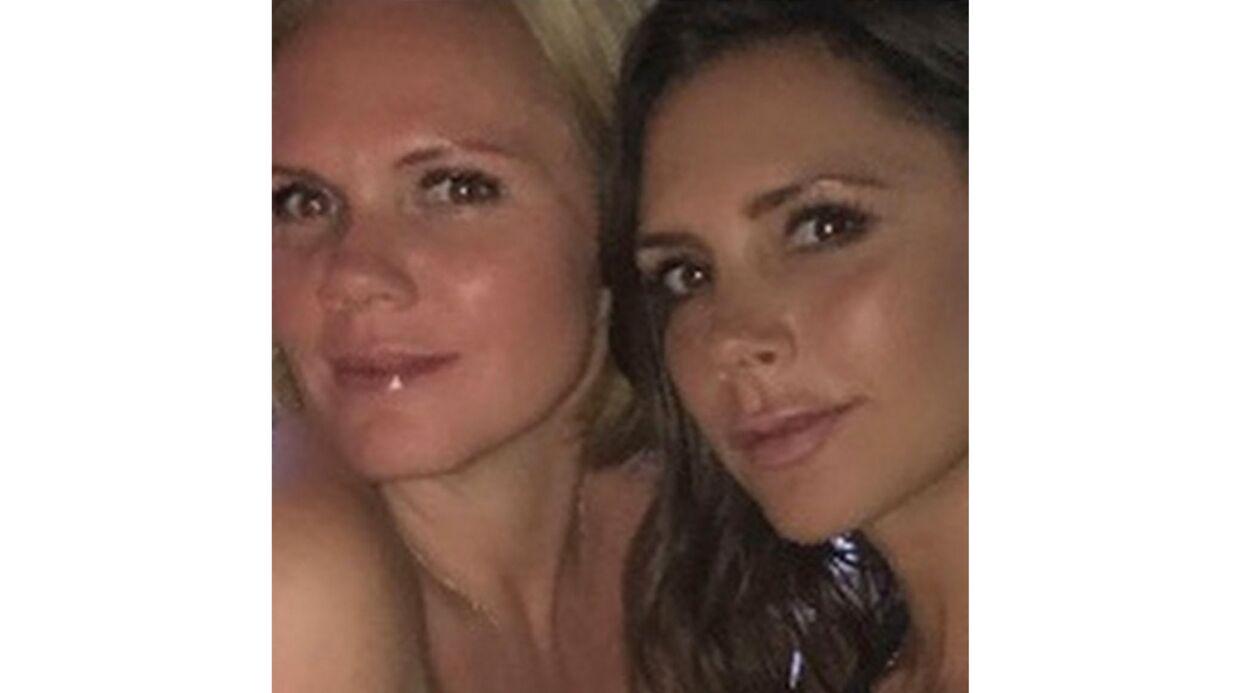 PHOTO Victoria Beckham pose avec sa sœur, qui est son sosie version blonde