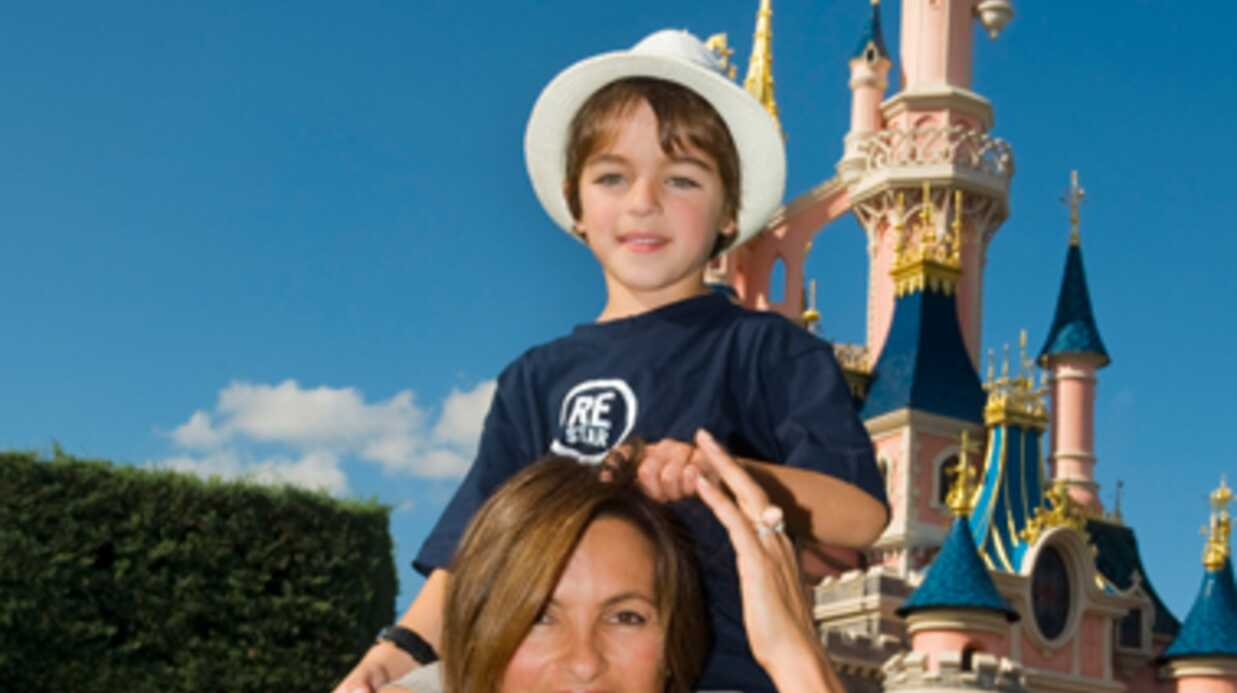 PHOTO Mariska Hargi­tay à Disney­land Paris avec son fils