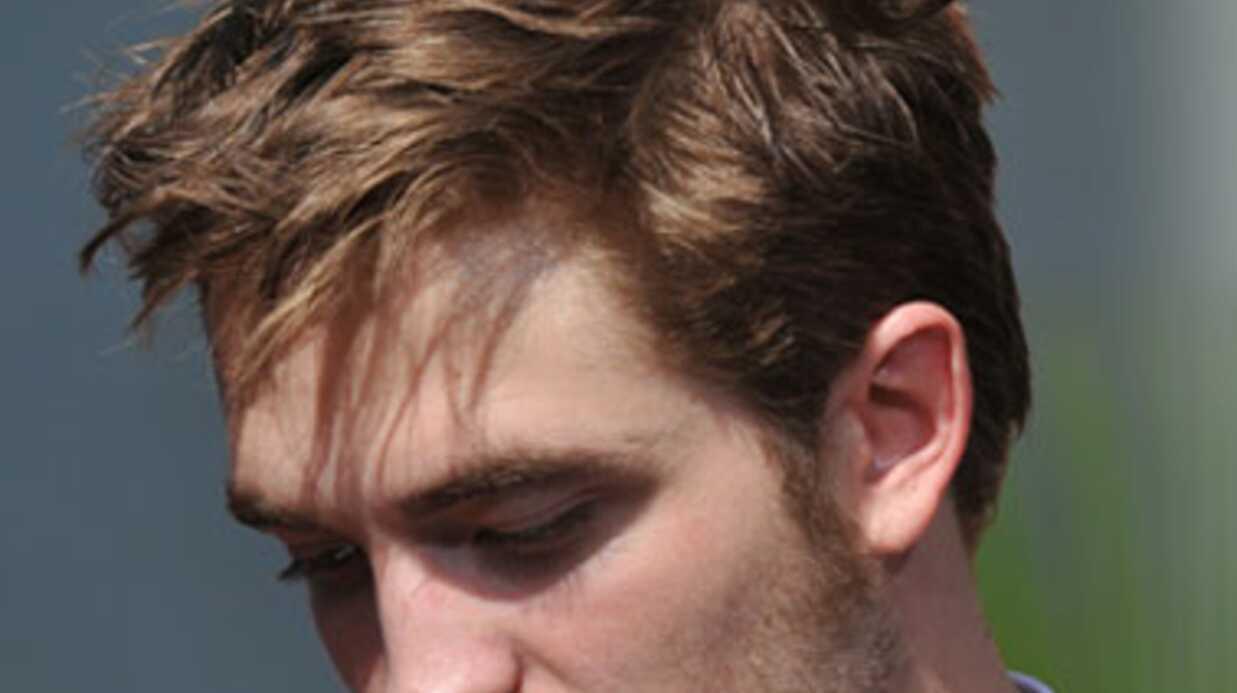 Robert Pattinson aperçu entouré de filles dans un bar