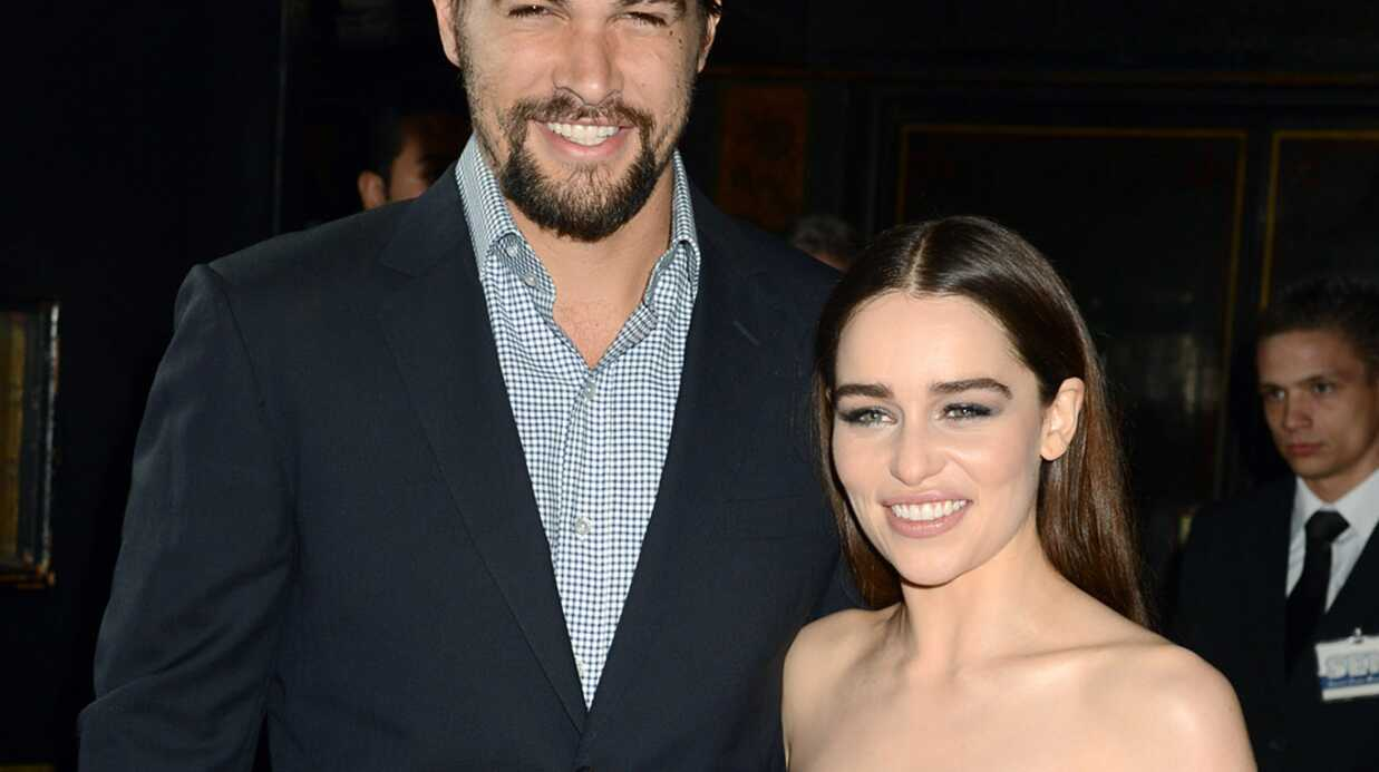 Game of thrones : selon Emilia Clarke, le pénis de Jason Momoa est « fabu­leux »