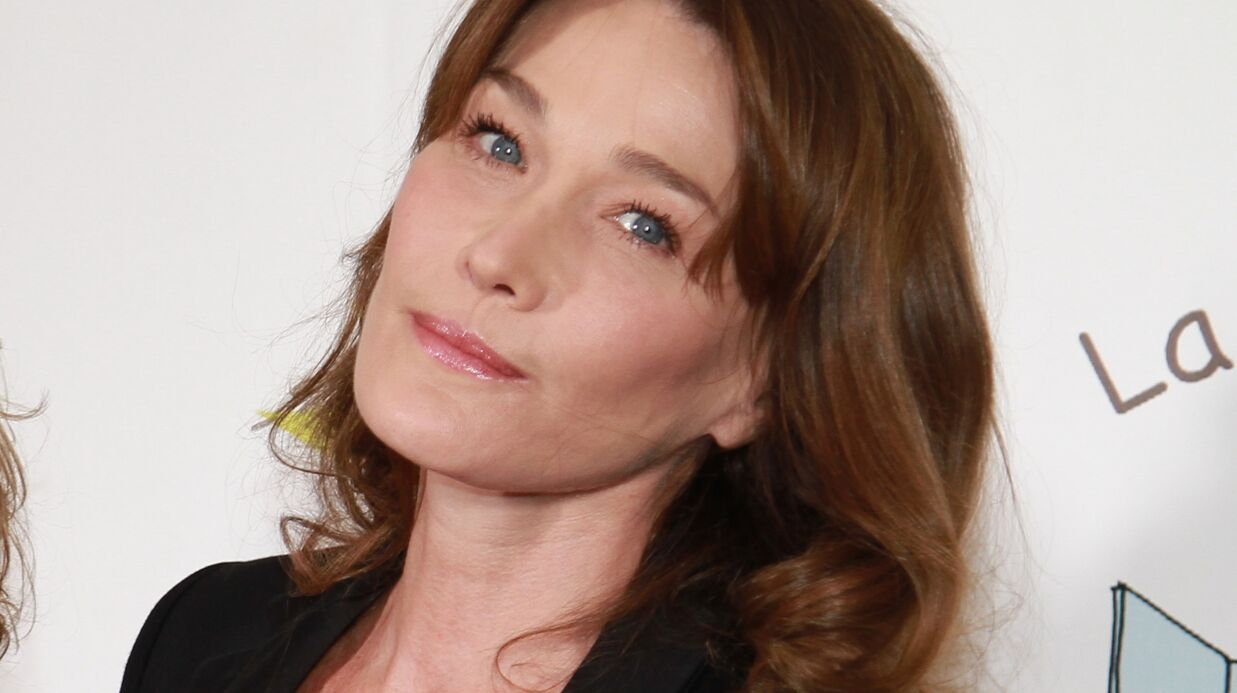 Carla Bruni incen­die Inter­net avec une photo vintage en body trempé très trans­pa­rent