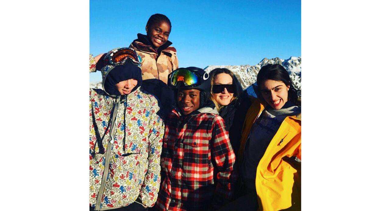 PHOTOS Madonna s'éclate au ski avec son nouveau (et très jeune) amoureux