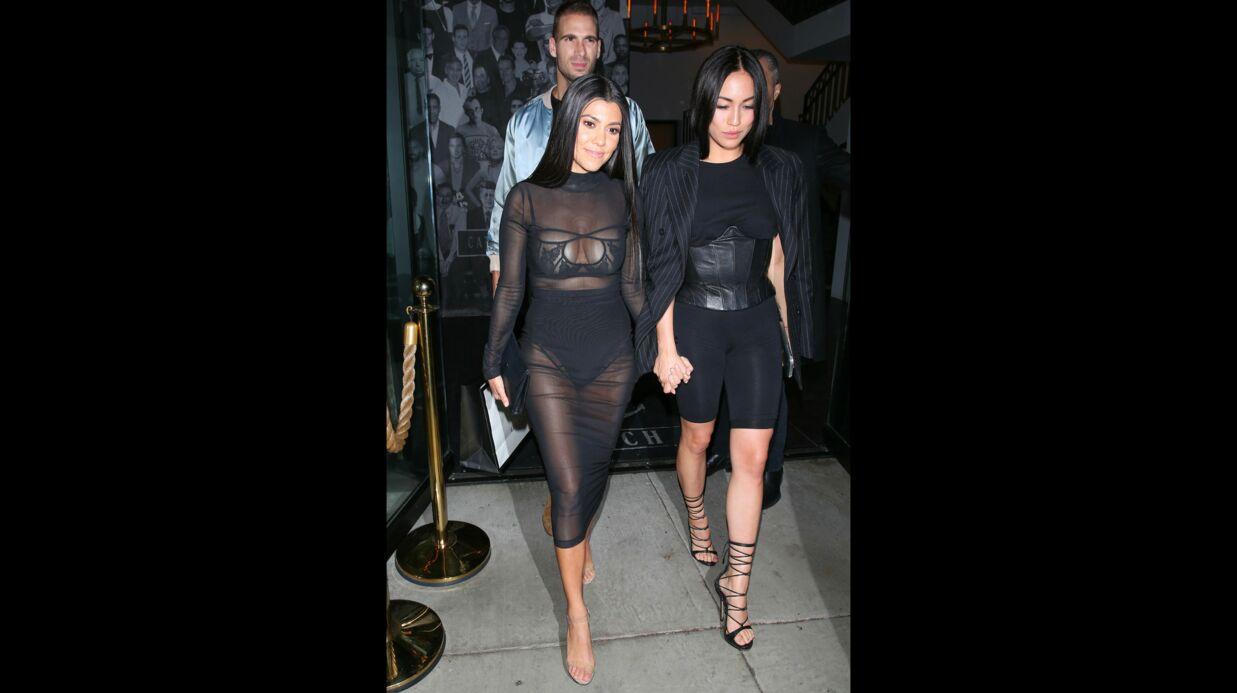 PHOTOS Kourtney Kardashian sort encore avec la poitrine à moitié à l'air
