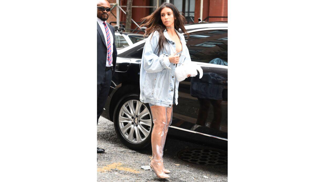 PHOTOS Kim Kardashian: son très étonnant look en bustier ET cuissardes transparents…