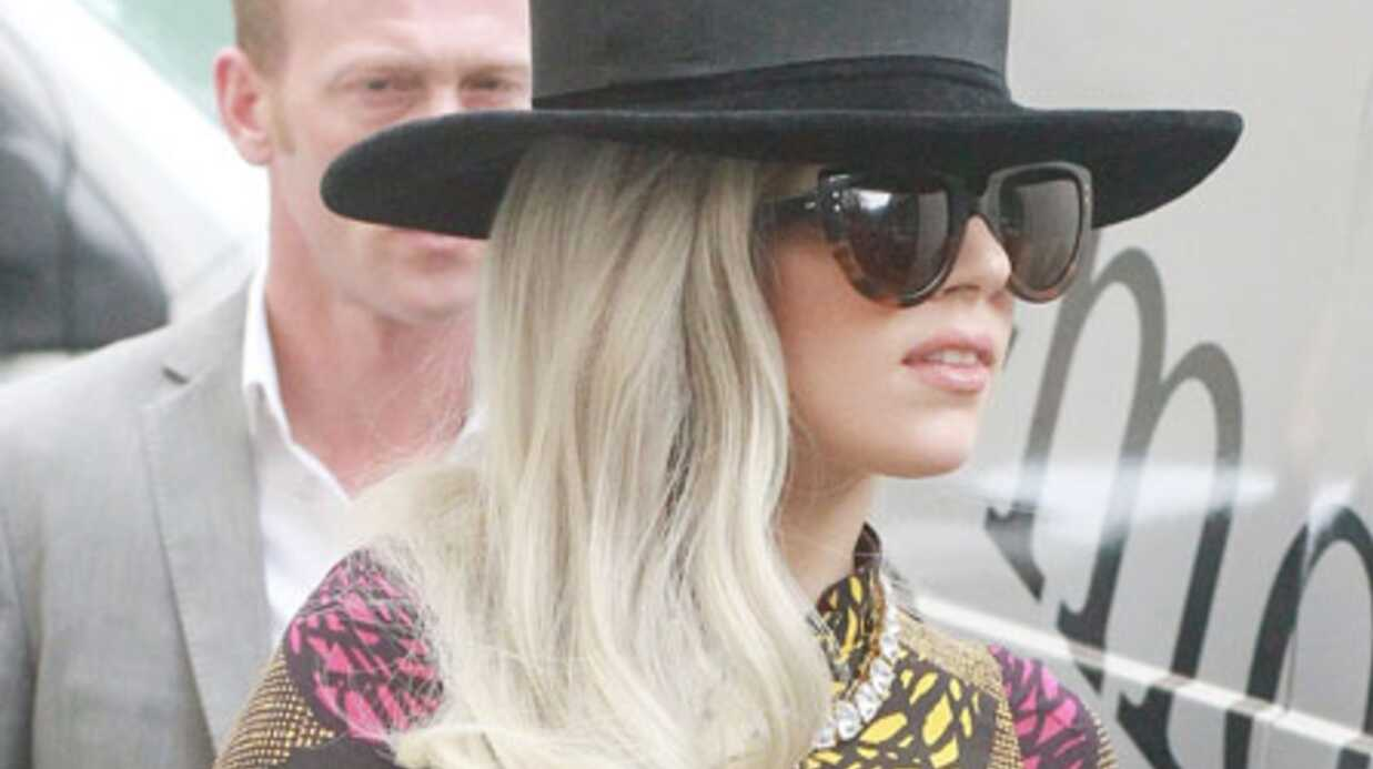 PHOTO Lady Gaga embrasse Taylor Kinney à moitié nue