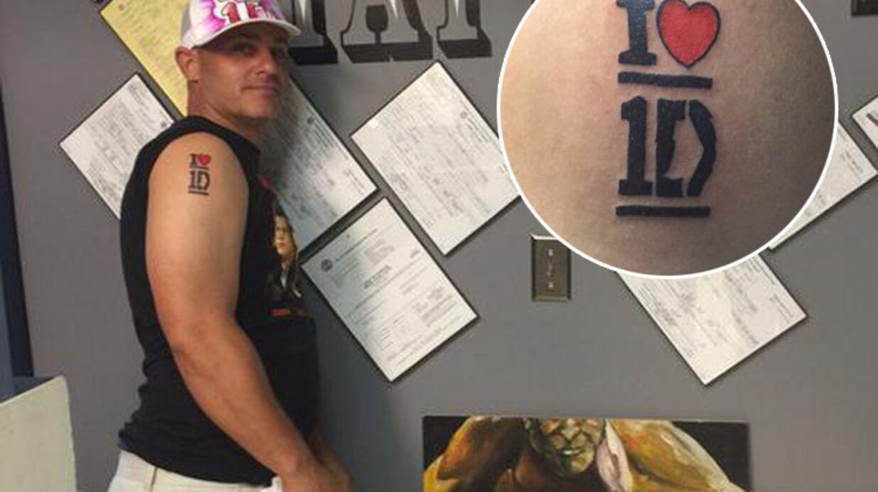 Il se fait tatouer le logo de One Direction pour gagner des places de concert pour ses filles et… perd