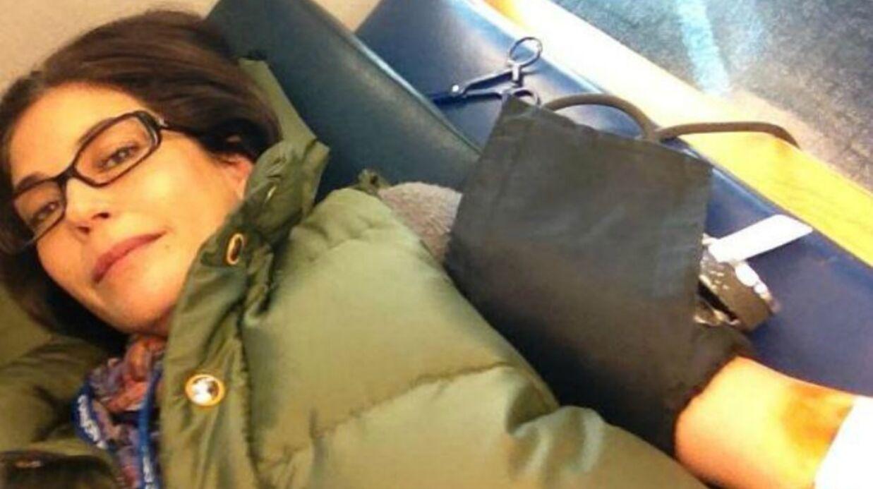 Teri Hatcher se fait photographier lors de son don du sang