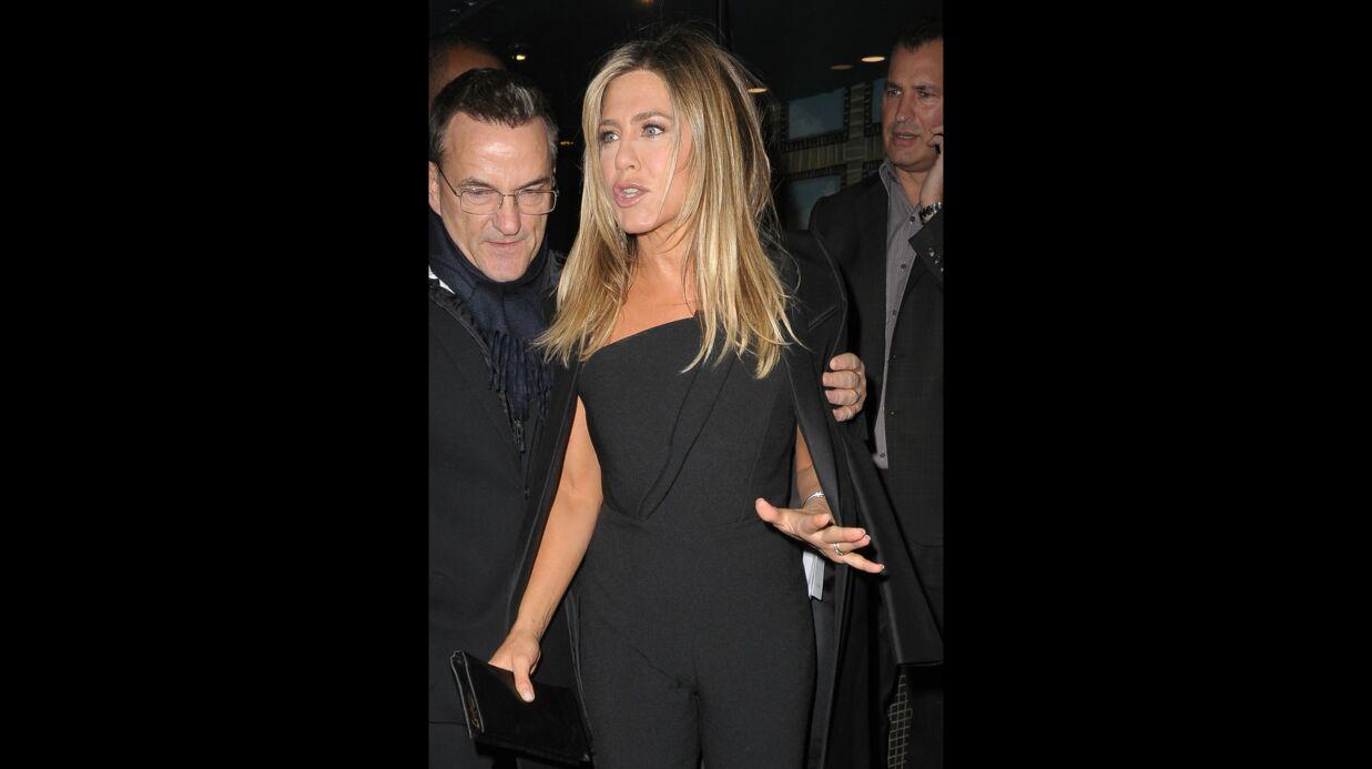PHOTOS Jennifer Aniston oublie de retirer l'étiquette de sa veste hors de prix