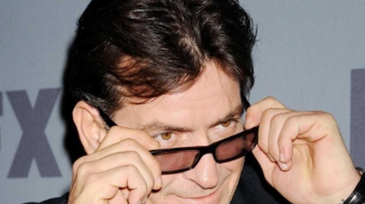 Charlie Sheen traite une agent de sécurité de trou du c*l