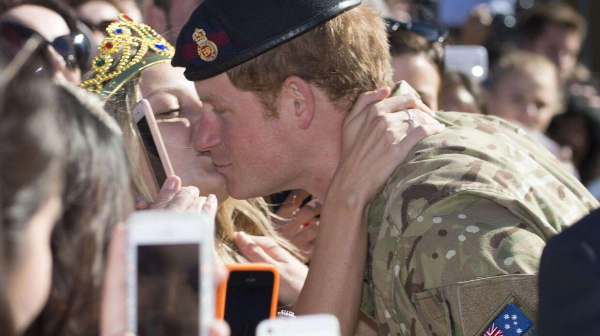 Photos une femme vole un baiser au prince harry et le demande en mariage voici - Demande en mariage originale par une femme ...