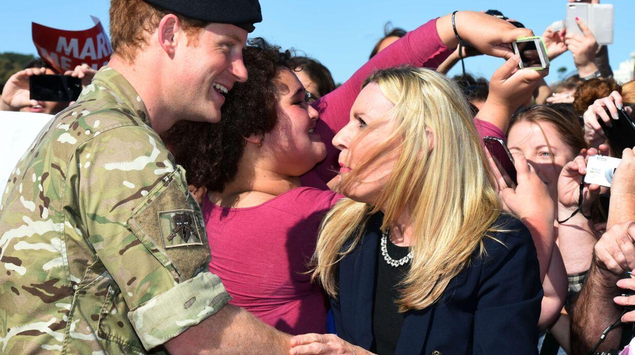 PHOTOS Une femme vole un baiser au prince Harry et le demande en mariage