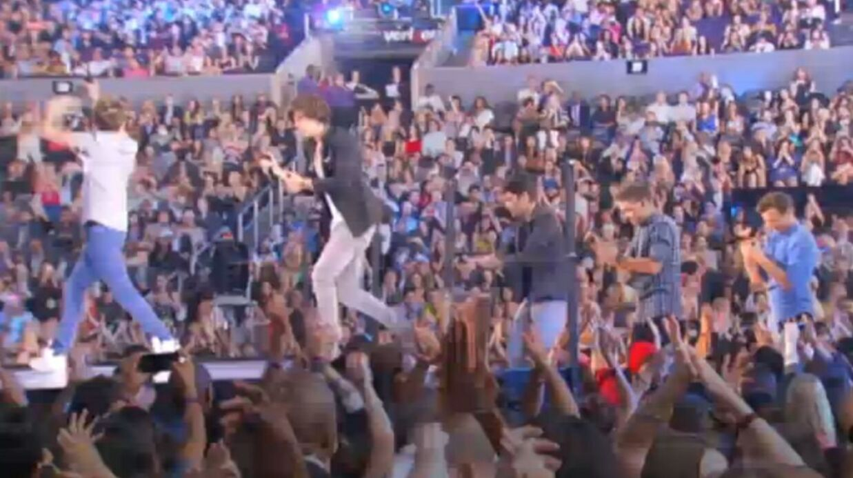 VIDEO Les One Direc­tion chantent One Thing aux MTV Video Music Awards