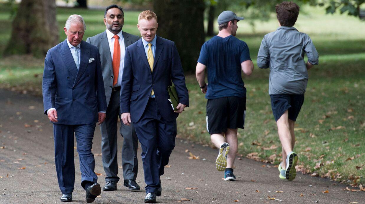 PHOTOS Le prince Charles se balade dans un parc, la réaction des passants est très drôle