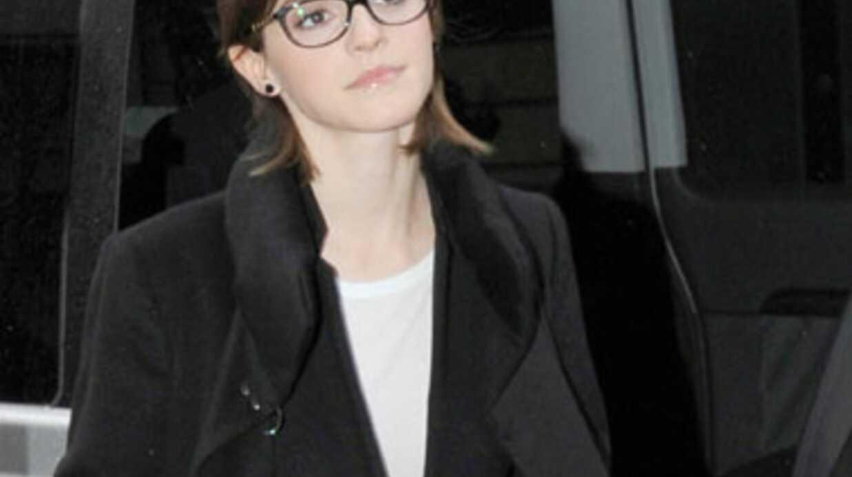 Emma Watson prise pour une enfant à l'aéroport