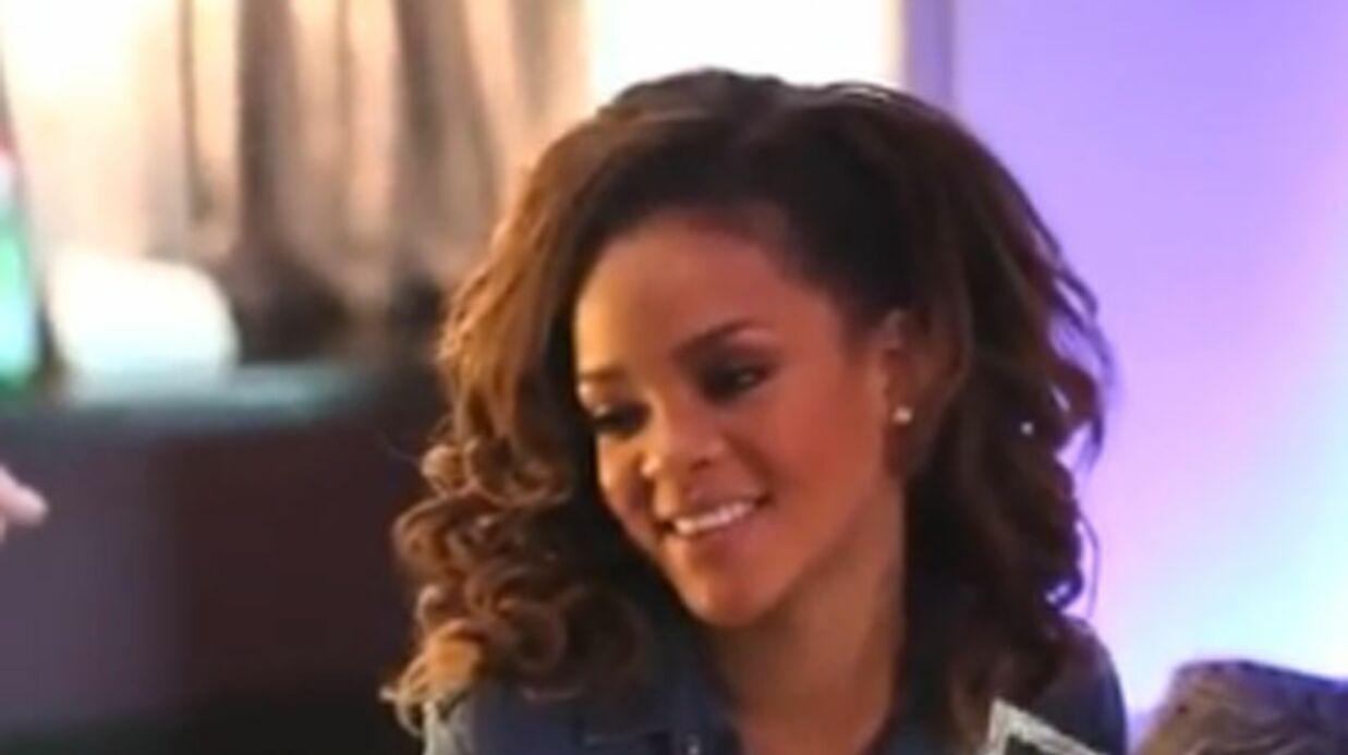 VIDEO Rihanna se fait poser des fausses canines de vampire