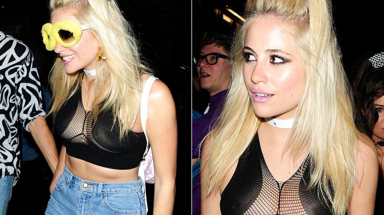PHOTOS Le look raté du jour: Pixie Lott montre ses seins dans un top transparent 90's