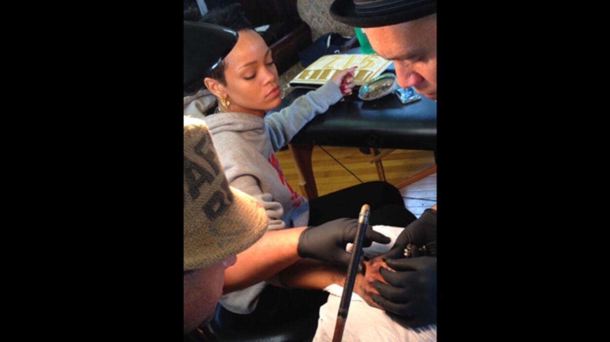 VIDEO Rihanna souffre pour son nouveau tatouage