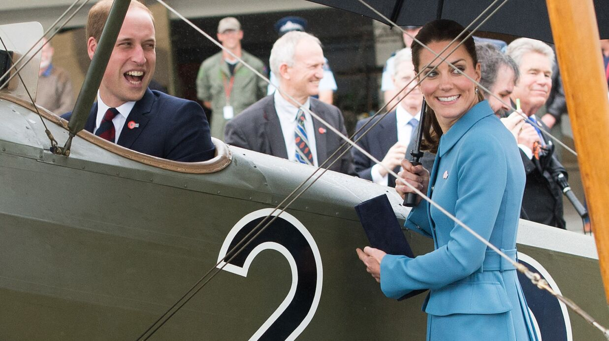 PHOTOS Kate regarde William retom­ber en enfance dans son petit avion
