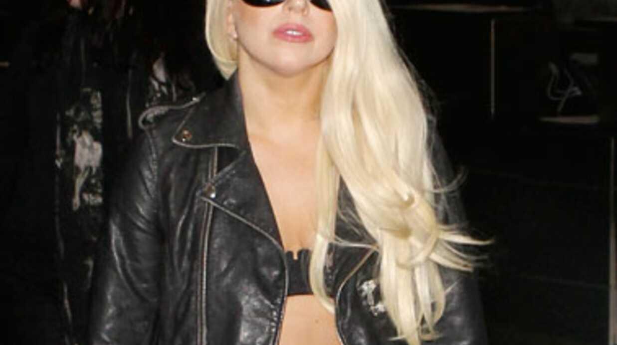 VIDEO Lady Gaga montre ses fesses (et ses doigts) à l'aéroport