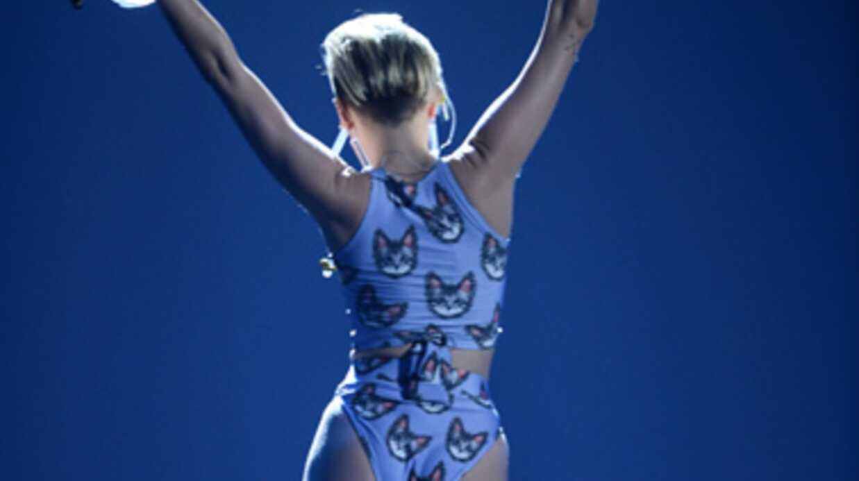 Miley Cyrus: en retard, elle chante en soutien-gorge et culotte sur scène