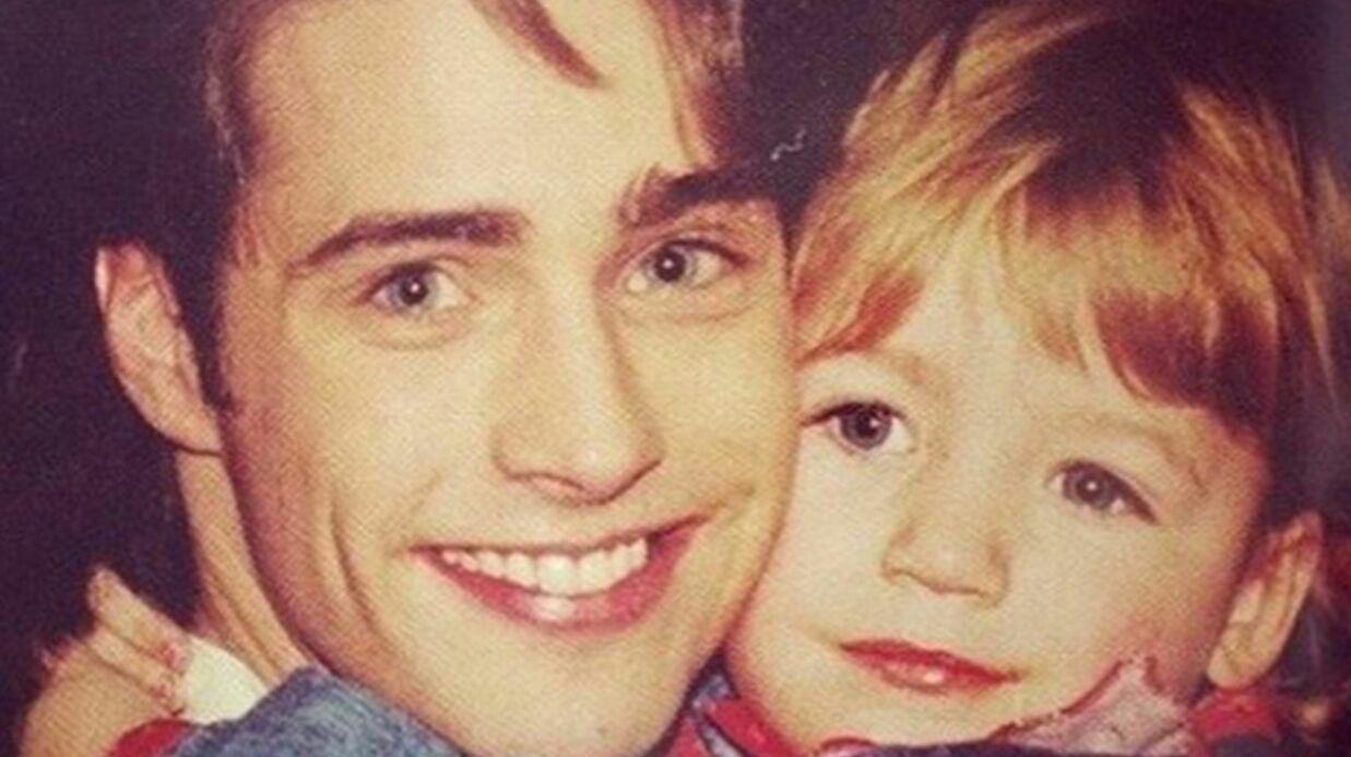 DEVINETTE Saurez-vous trouver quelle célébrité se cache derrière ce bébé dans les bras d'un jeune Jason Priestley?