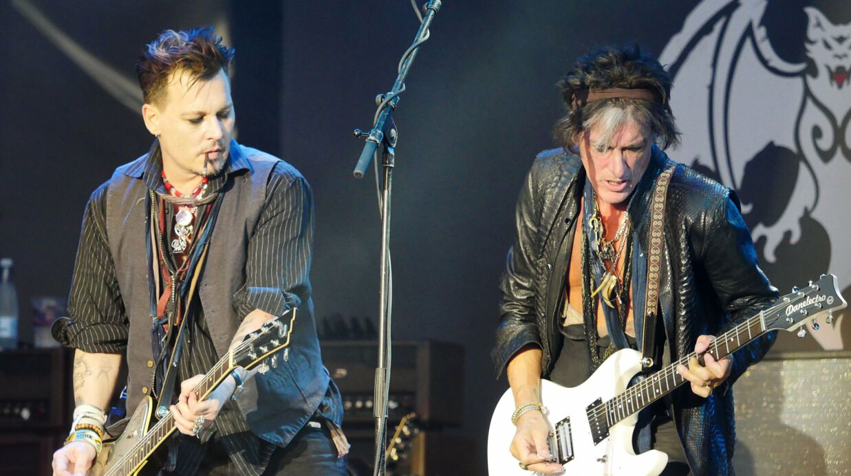 VIDEO Joe Perry : le guita­riste d'Aeros­mith s'effondre sur scène lors d'un concert avec Johnny Depp