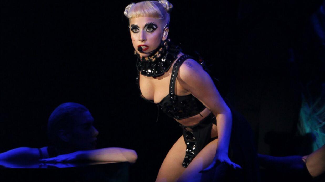 VIDEO Lady Gaga prend un coup de barre dans la tête