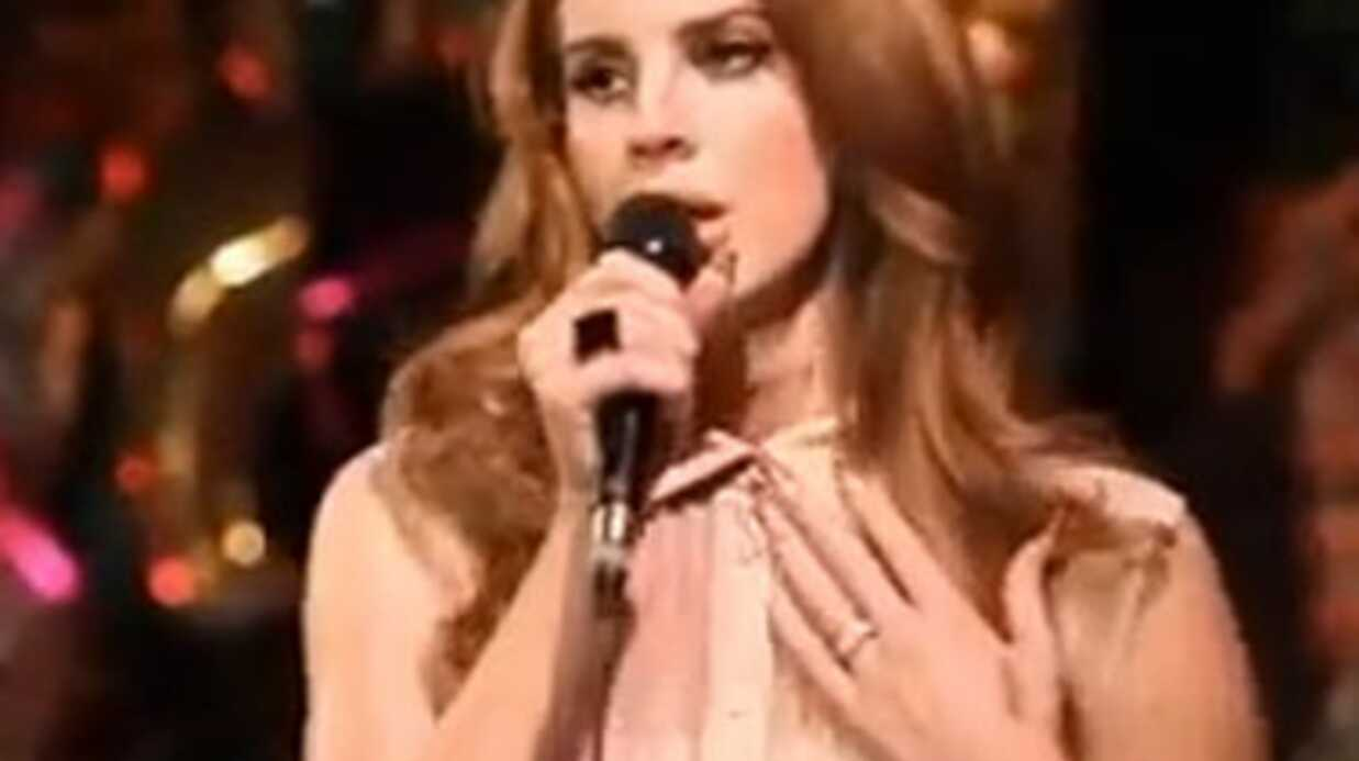 VIDEO Lana Del Rey en show­case au Chateau Marmont