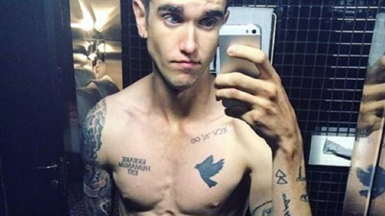 Torse nu, Gabriel-Kane, le fils d'Isabelle Adjani, exhibe ses tatouages