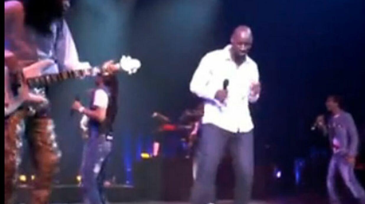 VIDEO Omar Sy monte sur scène en plein concert des Earth Wind & Fire