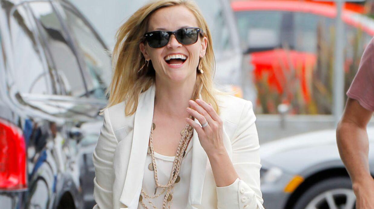DIAPO Les fesses de Reese Witherspoon mises à nu par un coup de vent