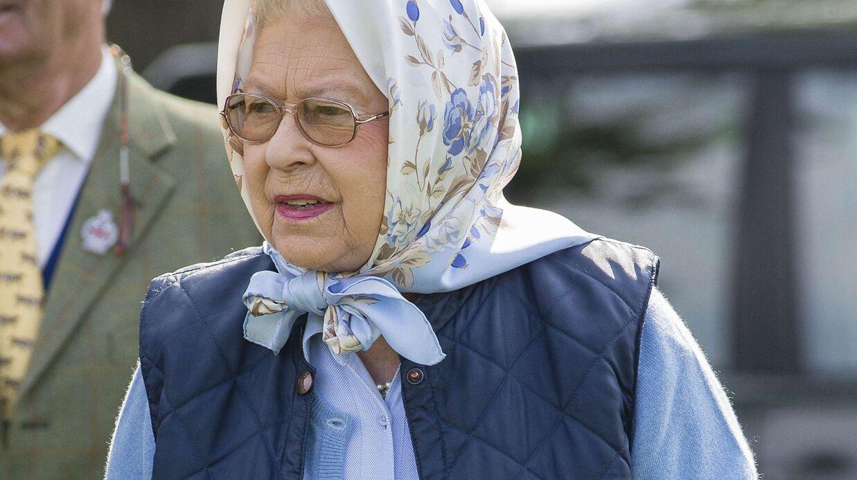 PHOTOS Elizabeth II ravie d'avoir gagné un bon d'achat après une course hippique