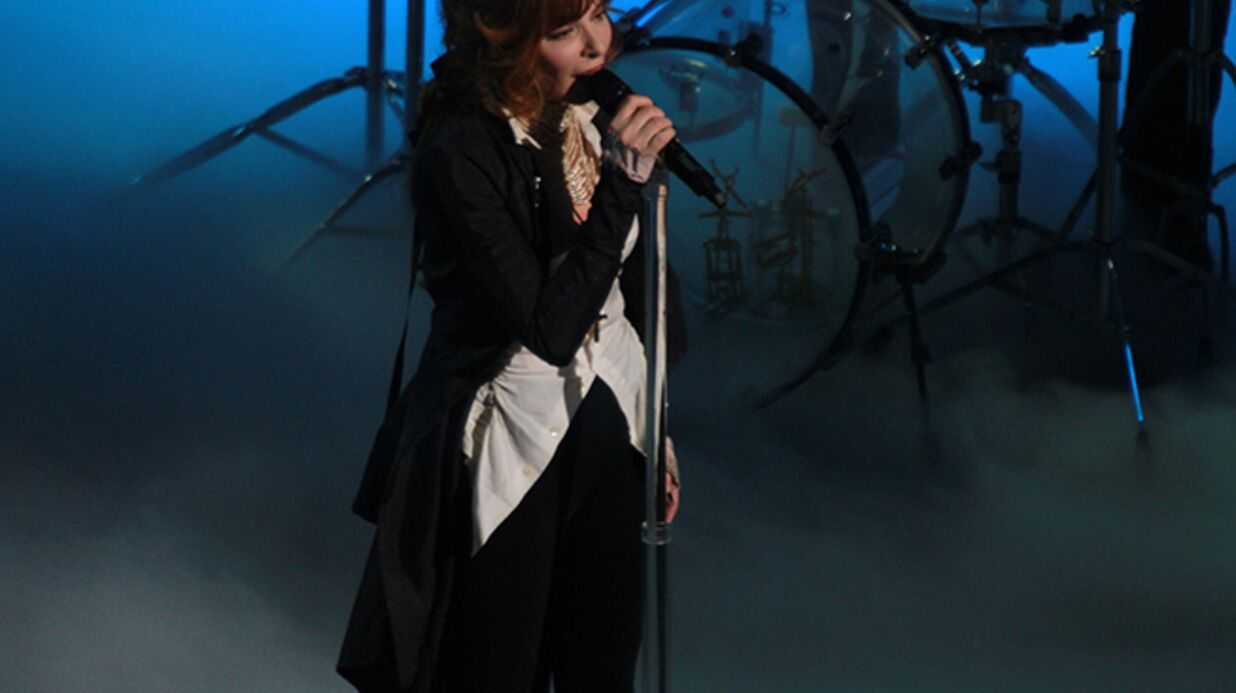 VIDEO Mylène Farmer chute en plein concert
