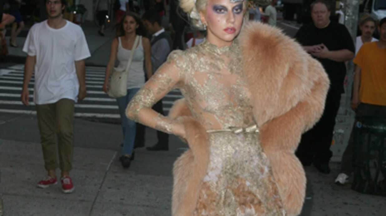 DIAPO Lady Gaga incapable de tenir debout. Matez ses chaussures