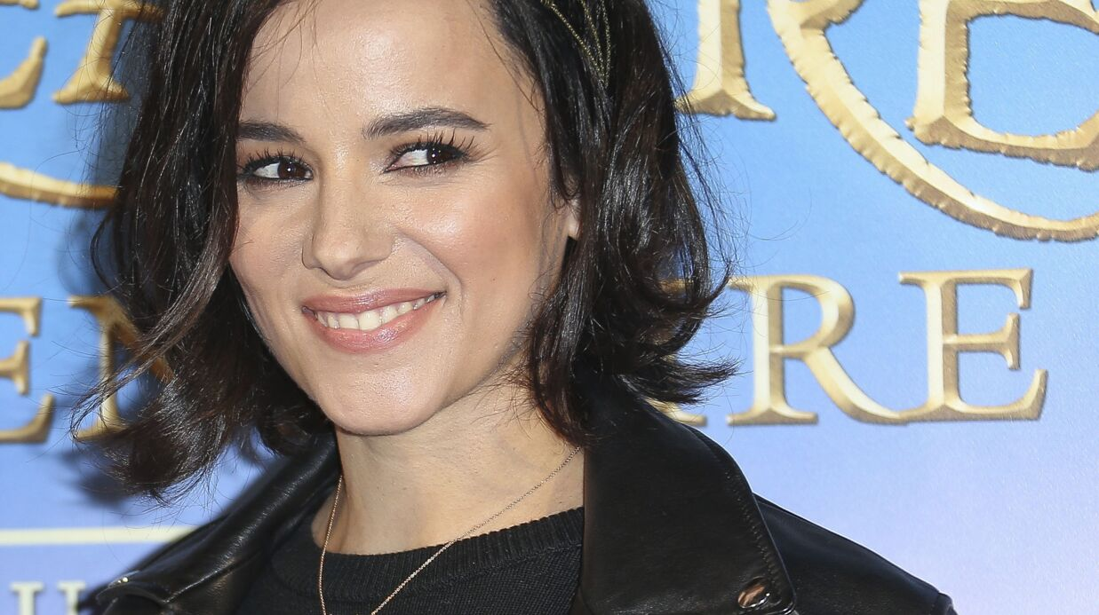PHOTO Alizée publie un adorable cliché de sa fille Annily câli­nant son chien
