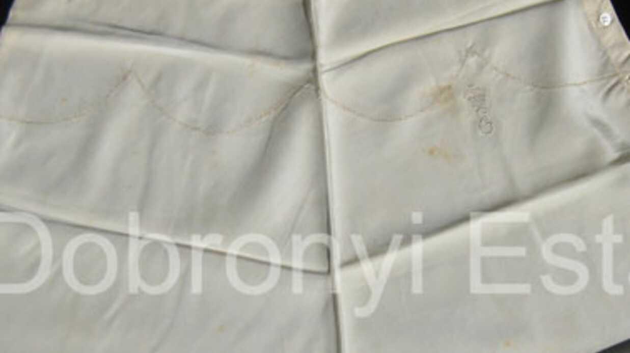 Une culotte d'Elizabeth II en vente sur eBay